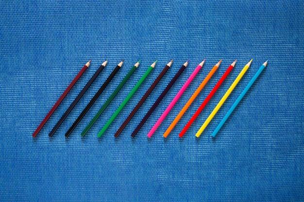 Set kleurpotloden op een blauw