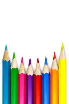Set kleurpotloden op een witte achtergrond, concave regeling