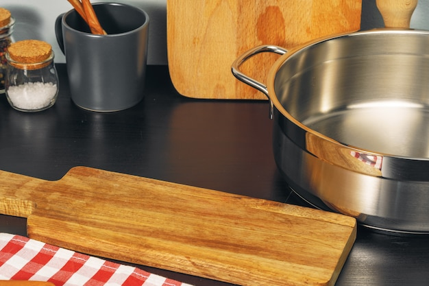 Set kookgerei gebruiksvoorwerpen op een aanrecht