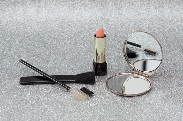Set make-up, spiegel, lippenstift en borstels