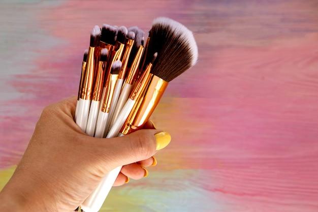 Set make-upborstels in de hand