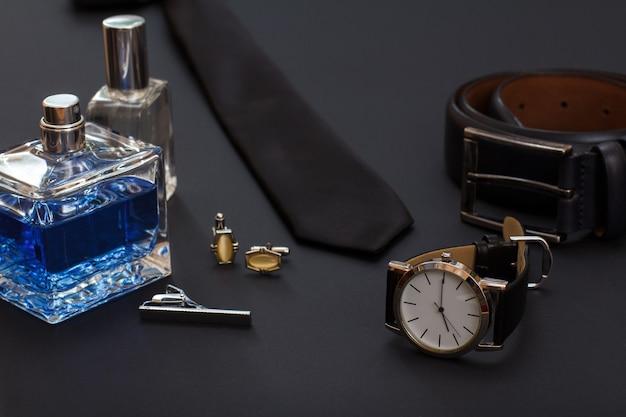Set mannen parfums en accessoires in zakelijke stijl.