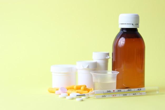 Set medicijnen op een gekleurde achtergrond close-up