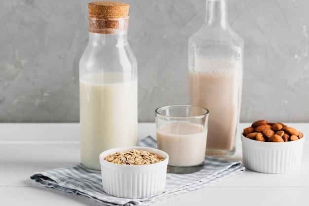 Set melkflessen en glazen met havermout en amandelen