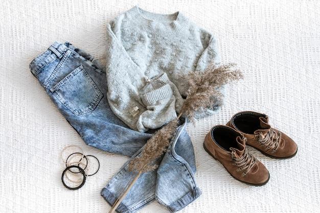 Set met modieuze dameskleding, jeans en trui, schoenen en accessoires, plat leggen.