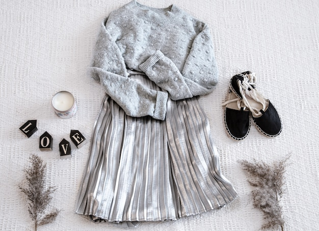Set met modieuze dameskleding rok en trui, sandalen en accessoires