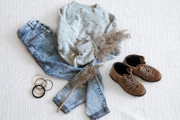 Set met modieuze dameskledingjeans en een sweater.