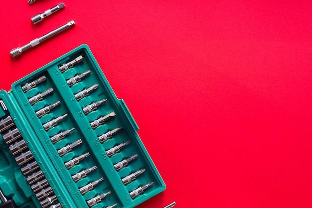 Set metalen oude schroevendraaiergereedschappen en mondstukken voor een reparatie en installatie
