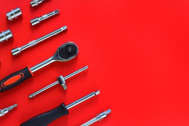 Set metalen schroevendraaiergereedschap en mondstukken voor reparatie en installatie.