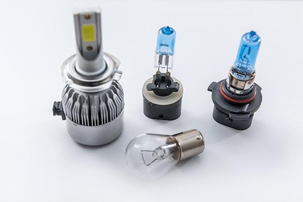 Set moderne glazen autolamp ter vervanging van defecte gloeilampen in de koplamp in uw auto. een deel van automobiel elektrische gloeilamp