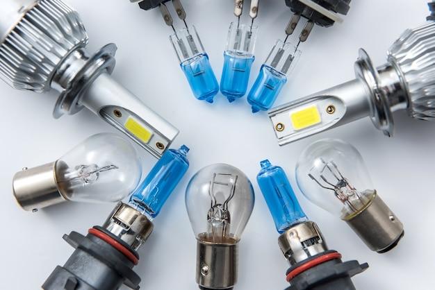 Set moderne glazen autolamp voor het vervangen van defecte lampen in de koplamp in uw auto. onderdeel van elektrische gloeilamp voor auto's