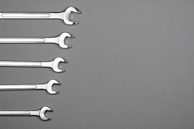 Set moersleutel op grijze bureau achtergrond. industriële workshop handgereedschap concept.