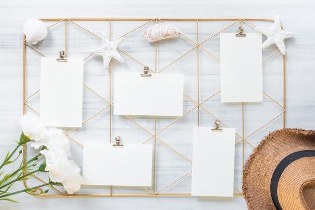 Set notitieblok clip frame en zomer hoed met bloem op houten tafel
