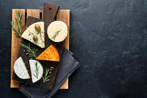 Set of assortiment kazen. suluguni met kruiden, camembert, blauwe kaas, ricotta, maasdam, brie kaas