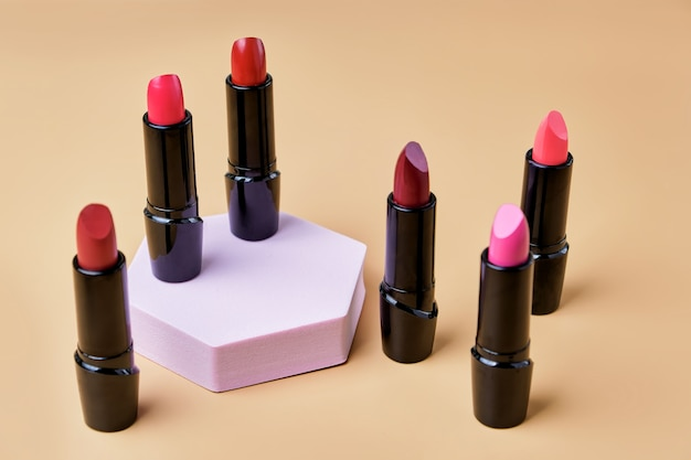 Set open lippenstiften op trendy voetstuk
