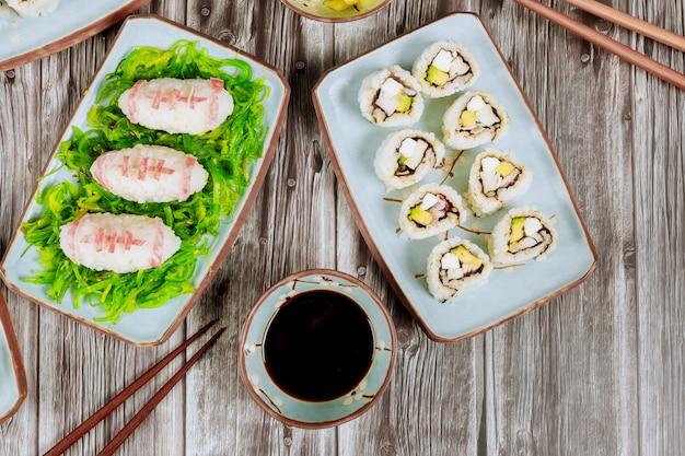 Set philadelphia roll met sushi als een voetbal voor american football game party close up.