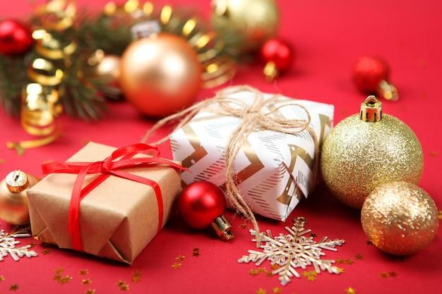 Set prachtig verpakte geschenkdozen en kerstdecor