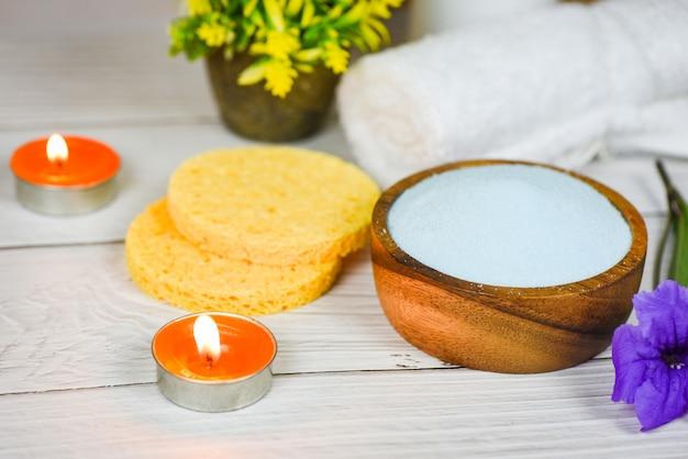 Set producten natuurlijke lichaamsverzorging kruiden dermatologie cosmetisch hygiënisch voor schoonheid huidverzorging persoonlijke hygiëne zout scrub objecten - natuurlijke badproducten honing kruiden spa aromatherapie kaarslicht