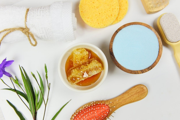 Set producten natuurlijke lichaamsverzorging kruiden dermatologie cosmetisch hygiënisch voor schoonheid huidverzorging persoonlijke hygiëne zout scrub objecten / natuurlijke badproducten honing zeep kruiden spa