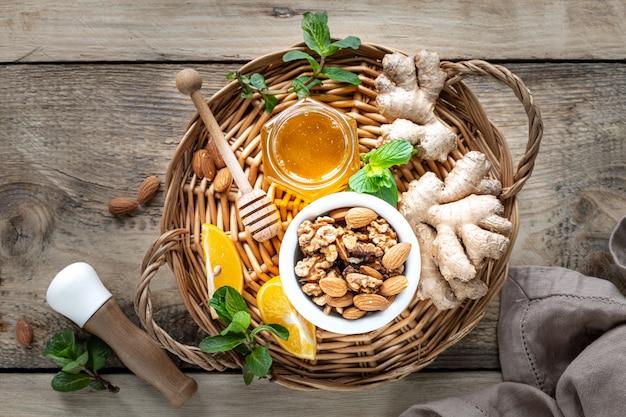 Set producten om het immuunsysteem te versterken. honing, citroen, noten, gember om de immuniteit te versterken. bovenaanzicht. kopieer ruimte