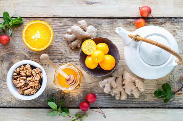 Set producten om het immuunsysteem te versterken. honing, citroen, noten, gember om de immuniteit te versterken. bovenaanzicht