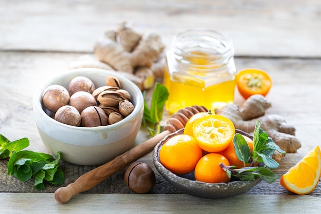 Set producten om het immuunsysteem te versterken. honing, citroen, noten, gember om de immuniteit te versterken.