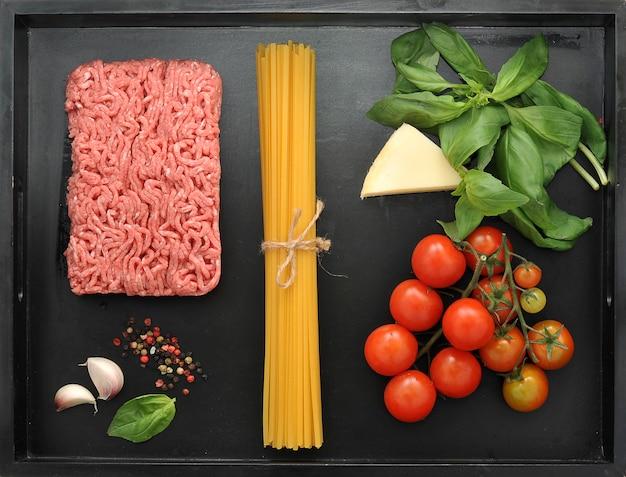 Set producten voor het koken van italiaanse spaghetti bolognese