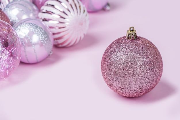 Set roze kerstversieringen, glanzende ballen. mock up voor nieuwjaarskaart