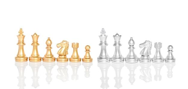 Set schaakstukken, schaakbordspel geïsoleerd op een witte achtergrond.