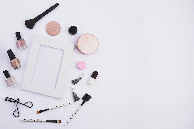 Set schoonheidsaccessoires voor dames met framefoto en witte achtergrond en ruimte voor uw creaties