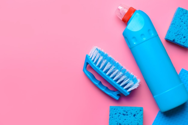 Set schoonmaakproducten op kleur achtergrond