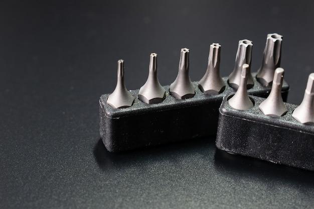 Set schroevendraaierkoppen op zwarte tafel