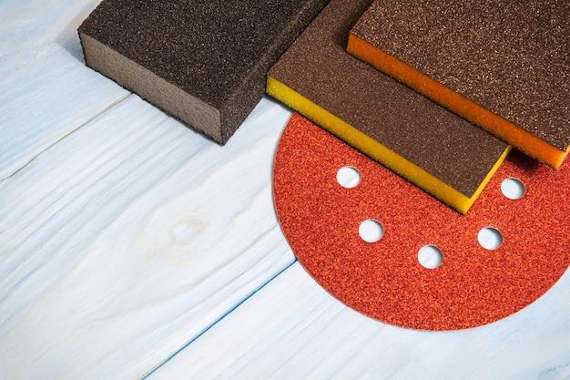 Set schurende hulpmiddelen op houten blauwe planken