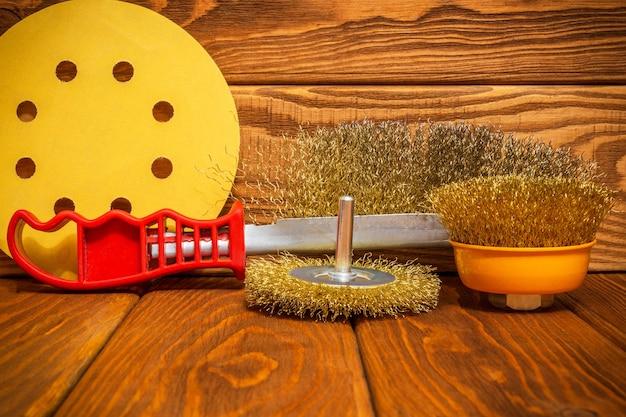 Set schuurgereedschap en schuurpapier op vintage houten planken