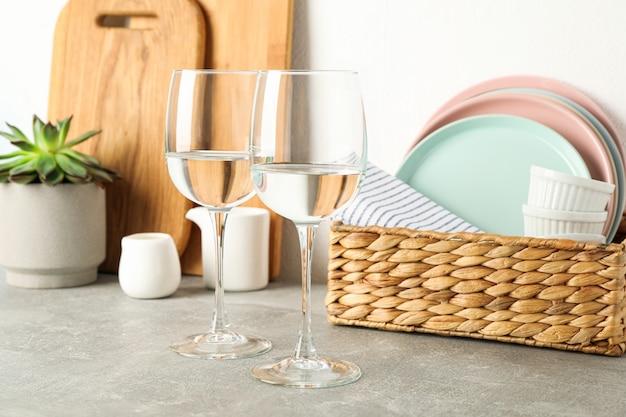 Set serviesgoed met vetplant op grijze tafel, ruimte voor tekst