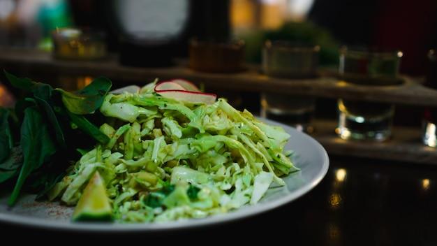 Set shots in één rij, zes porties op een houten standaard en grren salade. drankje voor het menu restaurant, bar, café