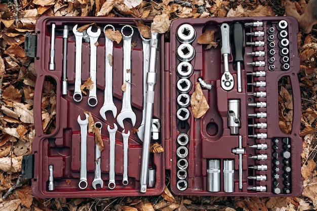 Set sleutels in een doos op bosgrond