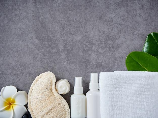 Set spa accessoires op grijze marmeren achtergrond.