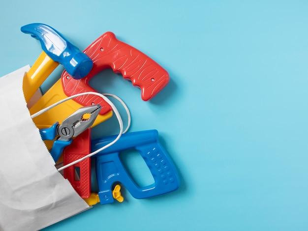 Set speelgoedgereedschap voor de jongen in de verpakkingszak, bouwsector
