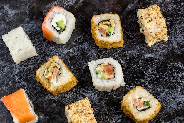 Set sushi en maki op stenen tafel. bovenaanzicht