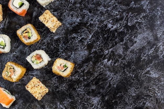 Set sushi en maki op stenen tafel.