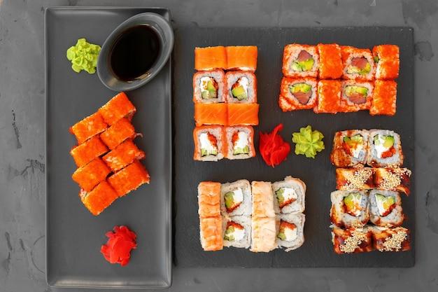 Set sushi rolt geserveerd op grijs bovenaanzicht