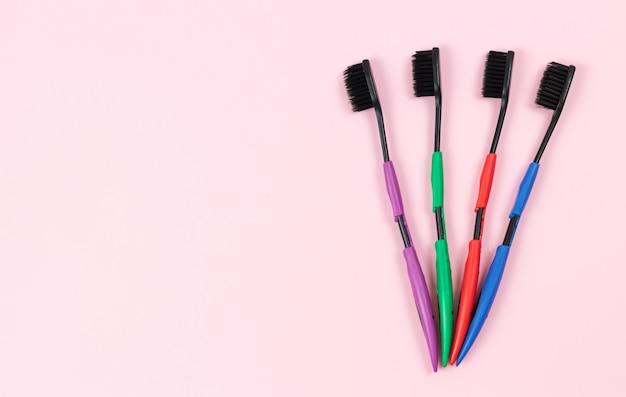 Set tandenborstels met zwarte eco-bamboe borstelharen. ruimte voor tekst