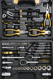 Set tools voor autoreparatie in doos, close-up