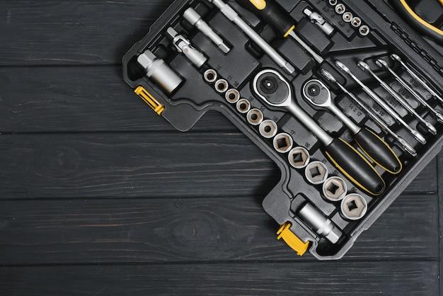 Set tools voor autoreparatie in doos, close-up