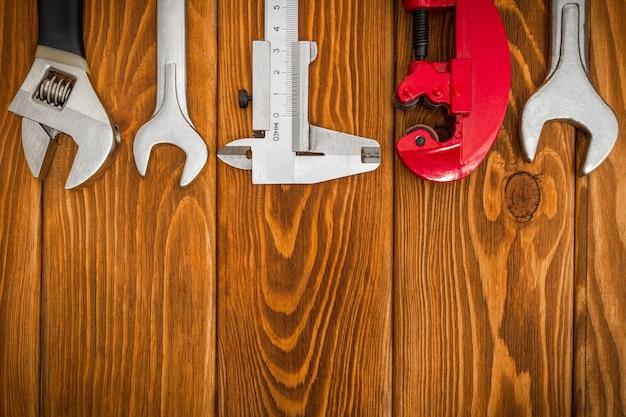 Set tools voor loodgieter op vintage houten planken