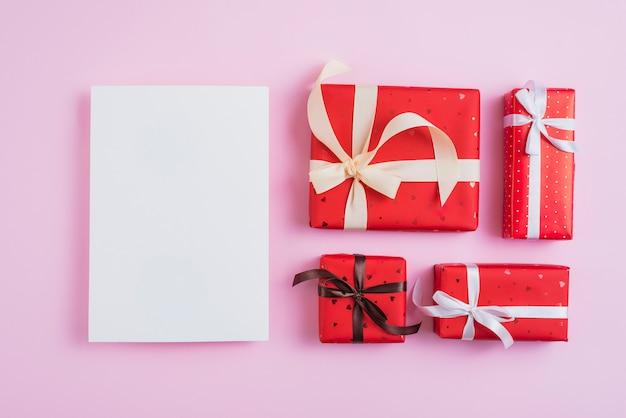 Set valentijnsdag presenteert in de buurt van leeg papier