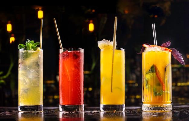 Set van alcoholische drank op de donkere achtergrond