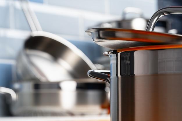 Set van aluminium kookgerei op aanrecht