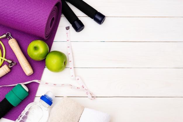 Set van apparatuur yogapraktijken voor een gezonde verzorging.